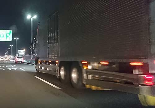 総重量違反の検挙増 大型トラックに警鐘