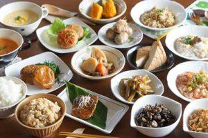 おかん 「プチ社食サービス」人気、季節感こめて100円均一