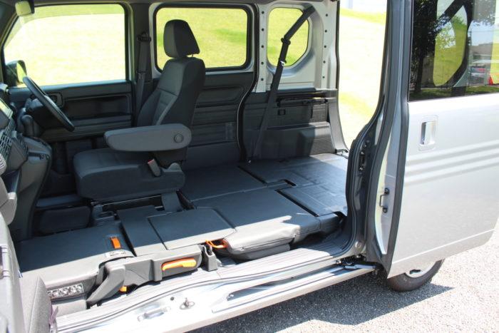 Honda 荷室低床化で効率アップ、軽貨物車に新しい風「N―VAN」