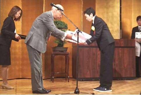SBSフレックネット 大分営業所の山崎氏が表彰受ける
