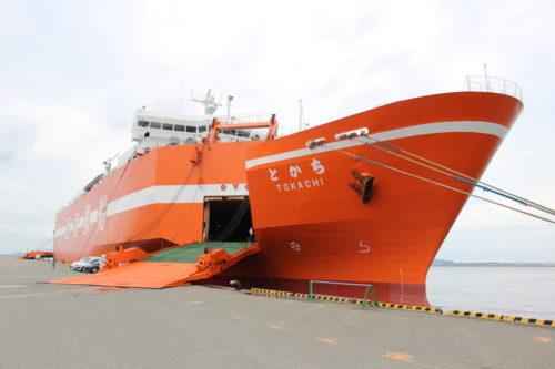 近海郵船 RORO船とかち見学会、質問に実演で答える光景も
