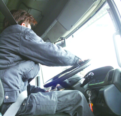 スマホアプリで退職メッセージ 頭抱える運送経営者