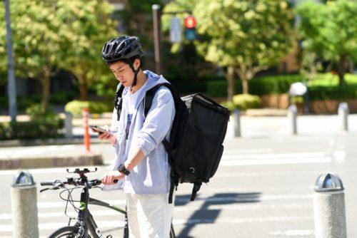 配達代行サービスの活況で疑問視される自転車の交通マナー
