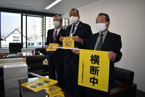 山口ト協周南支部 交通安全の願い込め「黄色のハンカチ」と横断幕を贈呈