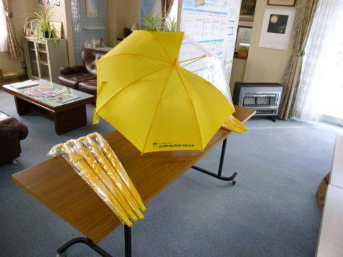 山口ト協防府支部 新1年生に窓付き傘を寄贈 交通安全の願い込め