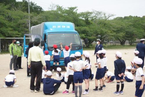 山口ト協 小学校で交通安全教室「トラック大きいね」