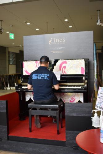 シャルダン商会 地域貢献で「ばらピアノ」寄贈