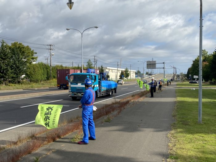 サッポログループ物流 トラックや乗用車に向けて交通安全啓発活動